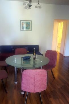 Novi Vinodolski, Jídelna v ubytování typu apartment, s klimatizací, domácí mazlíčci povoleni a WiFi.