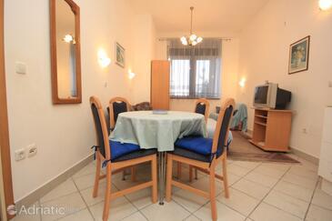 Slatine, Dining room in the studio-apartment, dostupna klima i WIFI.