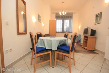 Slatine, Dining room in the studio-apartment, air condition available and WiFi.