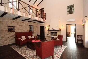 Škrapi, Obývací pokoj v ubytování typu house, dostupna klima, dopusteni kucni ljubimci i WIFI.