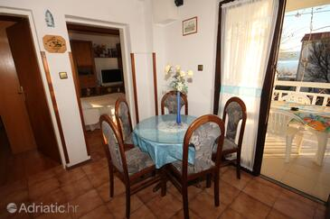 Orij, Dining room in the apartment, air condition available and WiFi.