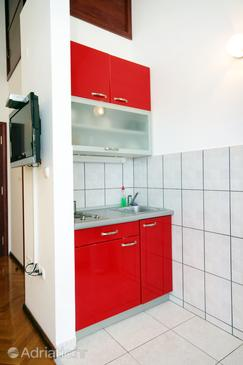 Rogoznica, Kitchen in the studio-apartment, dostupna klima i WIFI.