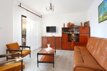 Rogoznica, Obývacia izba v ubytovacej jednotke apartment, domáci miláčikovia povolení a WiFi.