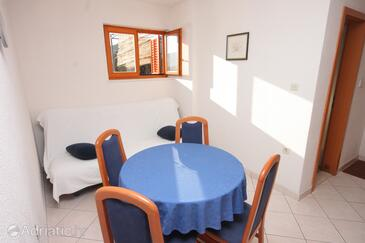 Seget Vranjica, Dining room in the apartment, (pet friendly) and WiFi.