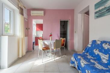 Bušinci, Jídelna v ubytování typu apartment, s klimatizací, domácí mazlíčci povoleni a WiFi.
