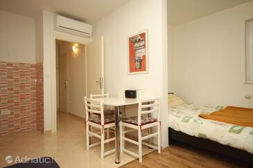 Split, Dining room in the studio-apartment, dostupna klima i WIFI.