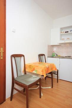 Bušinci, Jídelna v ubytování typu studio-apartment.