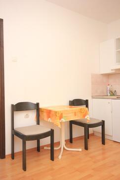 Bušinci, Jídelna v ubytování typu studio-apartment, domácí mazlíčci povoleni.