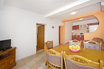 Dugi Rat, Dining room in the apartment, air condition available, (pet friendly) and WiFi.
