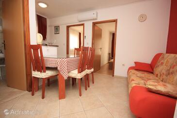Okrug Gornji, Dining room in the apartment, dostupna klima, dopusteni kucni ljubimci i WIFI.