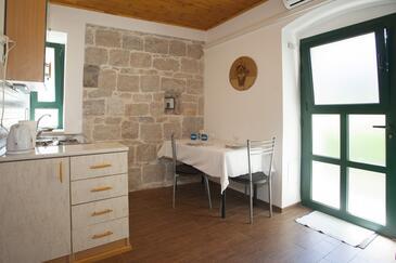 Split, Dining room in the studio-apartment, dopusteni kucni ljubimci i WIFI.