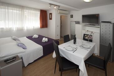 Split, Dining room in the studio-apartment, dostupna klima, dopusteni kucni ljubimci i WIFI.