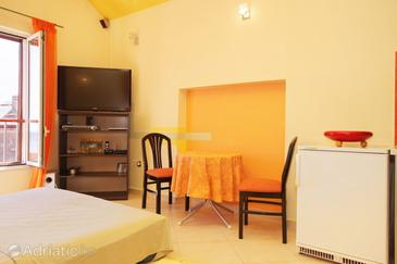 Split, Dining room in the studio-apartment, dopusteni kucni ljubimci i WIFI.