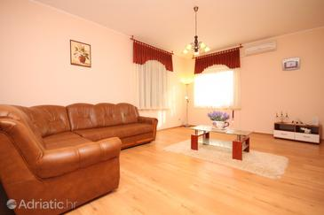 Belavići, Living room in the apartment, dostupna klima.