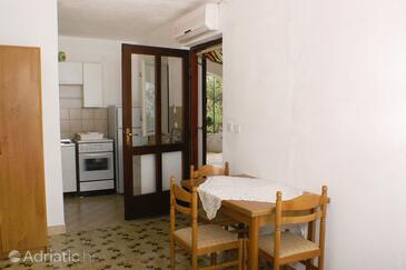 Supetar, Dining room in the studio-apartment, air condition available and WiFi.