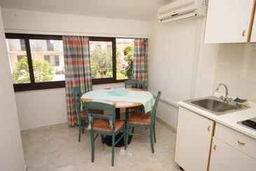 Rovinj, Jídelna v ubytování typu studio-apartment, s klimatizací, domácí mazlíčci povoleni a WiFi.