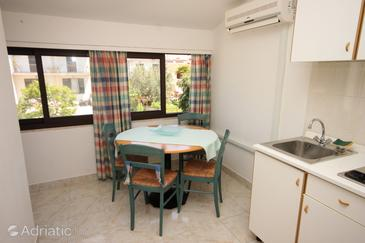 Rovinj, Dining room in the studio-apartment, air condition available, (pet friendly) and WiFi.