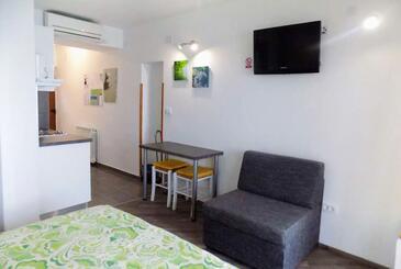 Mošćenice, Jídelna v ubytování typu studio-apartment, domácí mazlíčci povoleni a WiFi.