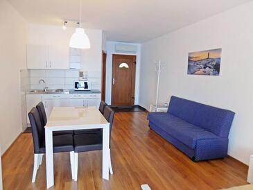 Mošćenice, Jídelna v ubytování typu studio-apartment, s klimatizací, domácí mazlíčci povoleni a WiFi.