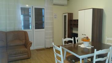 Oprič, Obývacia izba v ubytovacej jednotke apartment, klimatizácia k dispozícii, domáci miláčikovia povolení a WiFi.