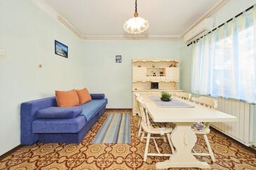 Umag, Living room in the apartment, air condition available and WiFi.