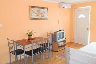 Oprič, Dining room in the apartment, dostupna klima, dopusteni kucni ljubimci i WIFI.
