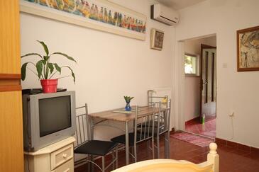 Oprič, Dining room in the studio-apartment, dostupna klima, dopusteni kucni ljubimci i WIFI.