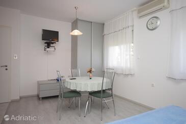 Ičići, Jídelna v ubytování typu studio-apartment, s klimatizací, domácí mazlíčci povoleni a WiFi.
