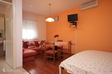Ičići, Jídelna v ubytování typu studio-apartment, domácí mazlíčci povoleni a WiFi.