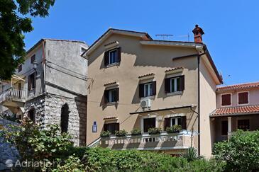 Brseč, Opatija, Hébergement 7768 - Chambres avec une plage de galets.