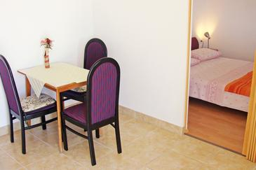 Ika, Dining room in the studio-apartment, dostupna klima i WIFI.