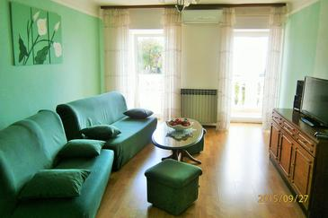 Poljane, Living room in the apartment, air condition available and WiFi.