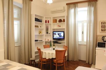 Lovran, Столовая в размещении типа studio-apartment, доступный кондиционер, Домашние животные допускаются и WiFi.