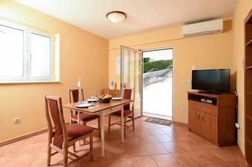 Poljane, Esszimmer in folgender Unterkunftsart studio-apartment, Klimaanlage vorhanden, Haustiere erlaubt und WiFi.
