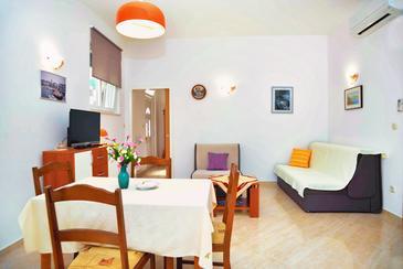Betina, Living room in the apartment, dostupna klima i WIFI.