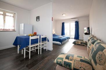 Ika, Jídelna v ubytování typu studio-apartment, domácí mazlíčci povoleni a WiFi.