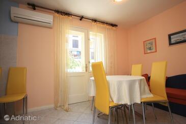 Cres, Dining room in the apartment, dostupna klima i dopusteni kucni ljubimci.