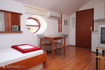 Mali Lošinj, Sufragerie în unitate de cazare tip studio-apartment, aer condiționat disponibil şi WiFi.