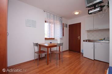 Mali Lošinj, Blagovaonica u smještaju tipa studio-apartment, dostupna klima i WiFi.
