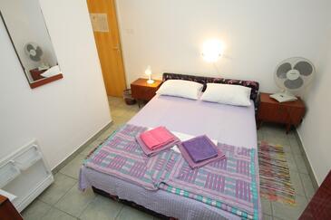 Mali Lošinj, Sypialnia w zakwaterowaniu typu room, dostupna klima, dopusteni kucni ljubimci i WIFI.