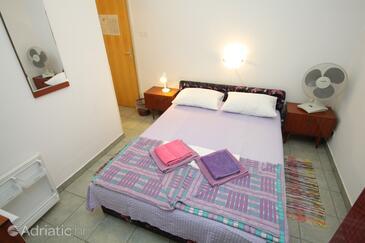 Mali Lošinj, Ložnice v ubytování typu room, s klimatizací, domácí mazlíčci povoleni a WiFi.