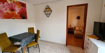 Cres, Dining room in the apartment, air condition available and WiFi.