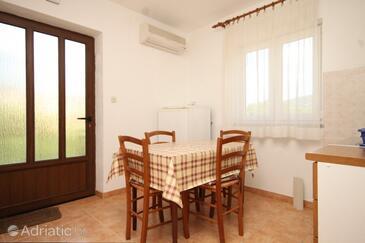 Cres, Salle à manger dans l'hébergement en type apartment, climatisation disponible, animaux acceptés et WiFi.