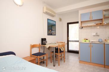 Artatore, Dining room in the studio-apartment, air condition available and WiFi.