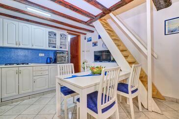 Nerezine, Jídelna v ubytování typu apartment, s klimatizací, domácí mazlíčci povoleni a WiFi.