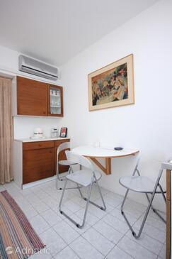 Mali Lošinj, Dining room in the studio-apartment, dostupna klima i dopusteni kucni ljubimci.