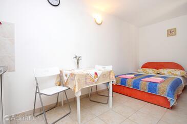 Valun, Jídelna v ubytování typu studio-apartment, domácí mazlíčci povoleni a WiFi.