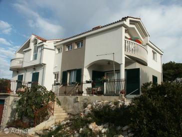 Tisno, Murter, Объект 809 - Апартаменты вблизи моря с галечным пляжем.
