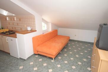 Cres, Living room in the apartment, (pet friendly) and WiFi.