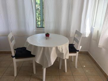 Božava, Jídelna v ubytování typu studio-apartment, domácí mazlíčci povoleni a WiFi.